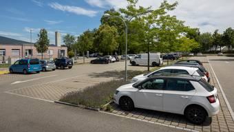 Die 120 Parkplätze bei der verwaisten Minigolfanlage werden tagsüber von den Angestellten der benachbarten Firmen genutzt und abends von den Sportlern und Besuchern der Sportanlage.