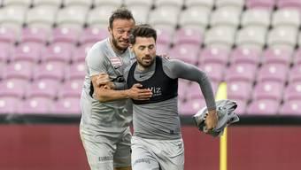 Elsad Zverotic (l.) jubelt mit Rückkehrer und Torschütze Gianluca Frontino (r.).
