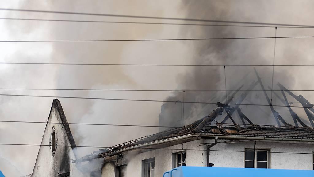 Feuer auf Firmengelände in Hinwil ZH verursacht riesige Rauchsäule