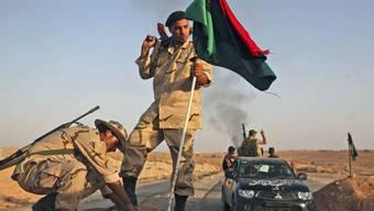 Ehemalige Rebellen hissen eine Fahne in Bani Walid (Archiv)