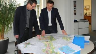 Rolf Glünkin, Leiter der Richtplanung, und Bernard Staub, Leiter des Amts für Raumplanung, präsentieren den revidierten Richtplan.