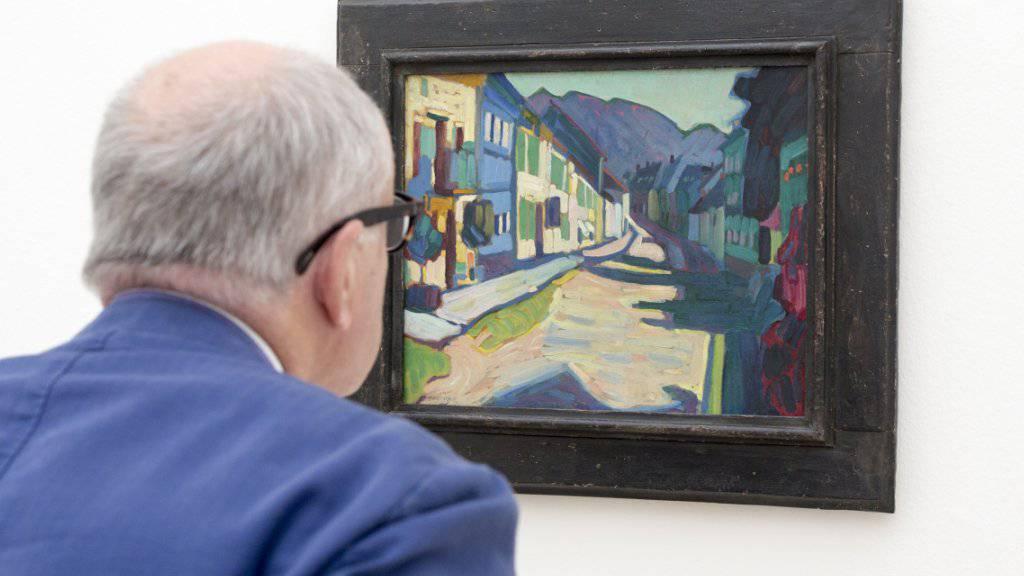 """Ein Besucher betrachtet das Bild """"Murnau - Obermarkd mit Gebirge"""", von Wassily Kandinsky in der Fondation Beyeler in Basel/Riehen. Museumsbesuche sind in der Schweiz beliebter als Kinobesuche. (Archiv)"""
