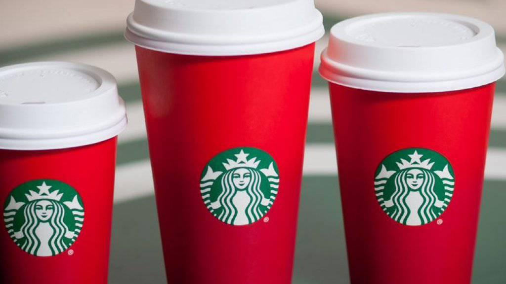 Der neue Starbucks-Pappbecher in schlichtem Rot regt in den USA einige Konsumenten auf. (Quelle: Twitter-Account von Starbucks)