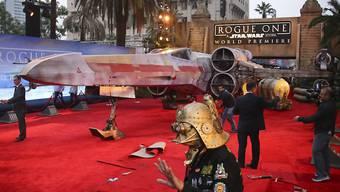 """Ein riesiger Roter Teppich und die Replik eines Raumschiffes erwarteten am Samstag die prominenten Gäste zur Premiere von """"Rogue One: A Star Wars Story""""."""