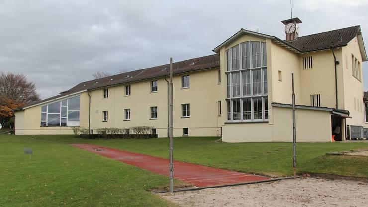 Das Schulhaus Büel in Unterengstringen wird saniert. (Archiv)