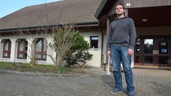 Marco Jörg (39), hier vor dem reformierten Kirchgemeindehaus im Pfrundhaus in Birr, ist neu zu 50 Prozent für «Pro Jugend» angestellt.