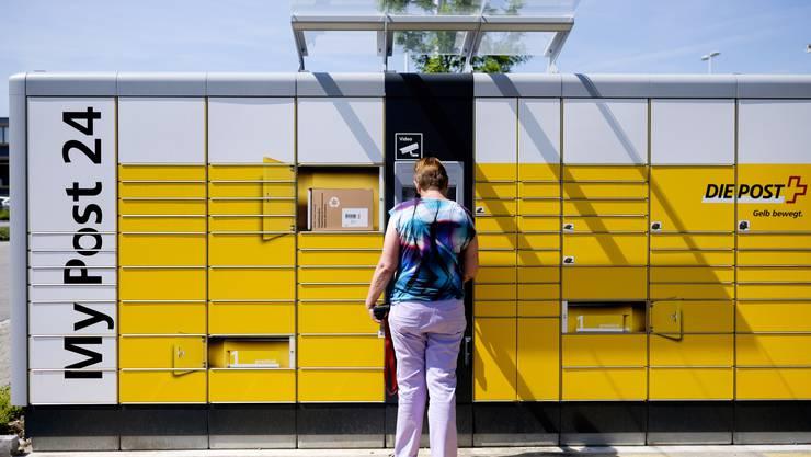 Heute noch ein ziemlich seltenes Bild: eine Kundin bezahlt ihr aufgegebenes Paket am ersten 24-Stunden-Postautomat im Aargau – die Post setzt aber auf das Angebot, bald sollen die Automaten flächendeckend in der Schweiz zu finden sein.