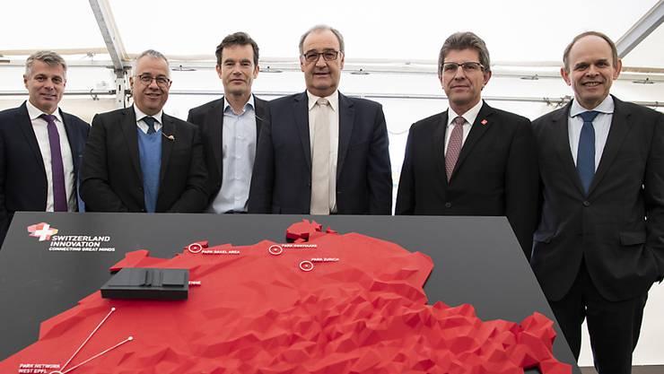 Bundesrat Guy Parmelin (dritter von rechts) hat am Montag in Biel den Grundstein für den Switzerland Innovation Park gelegt.