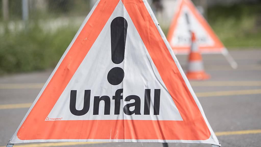 In Neuhausem am Rheinfall SH wurde am Donnerstag ein Bauarbeiter bei einem Unfall schwer verletzt. (Symbolbild)