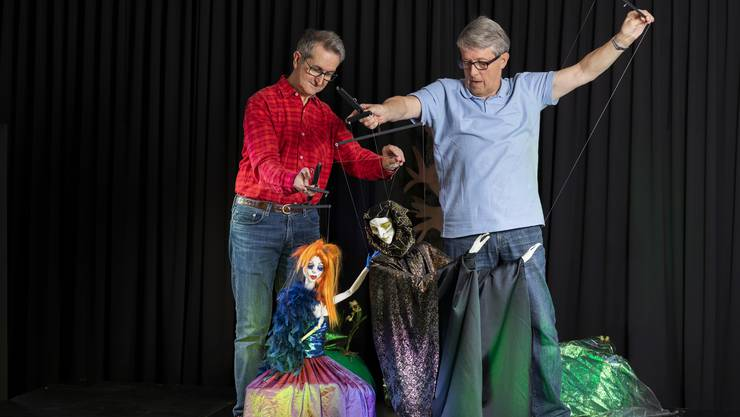"""Hans-Jörg Raaflaub (links) und Werner Isenring mit der Tänzerin und dem Tod, die beide im neuen Stück """"Das Lief von der Erde"""" auftreten."""