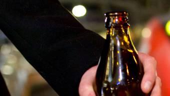 Der mutmassliche Täter griff das Opfer an und schlug ihm eine Bierflasche so stark auf den Kopf, dass sie in Brüche ging.
