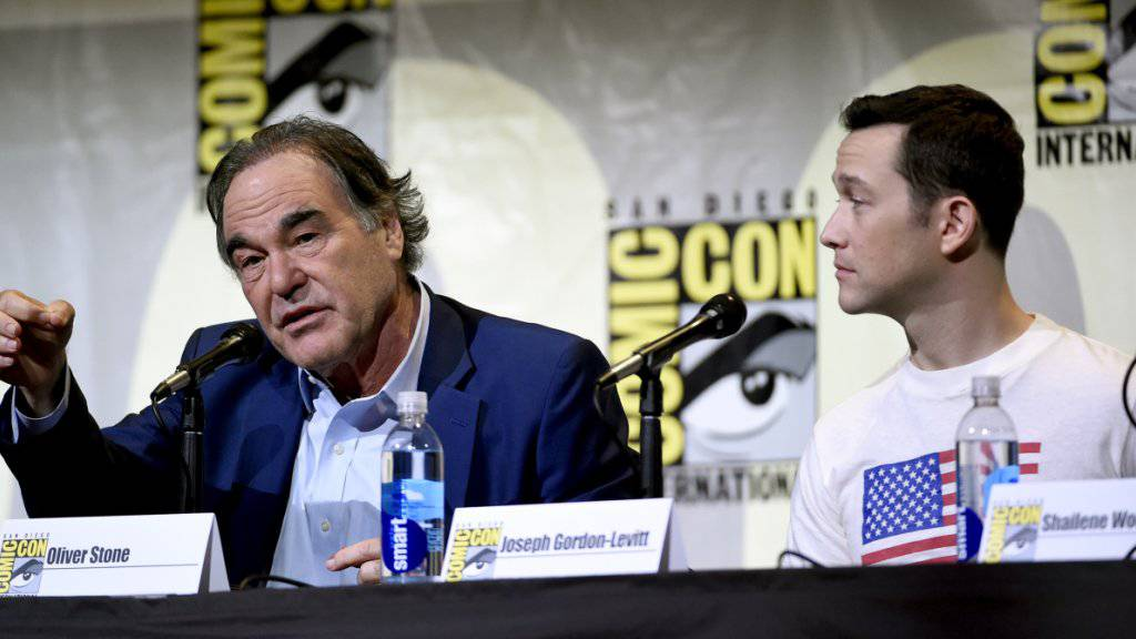 Oliver Stone (l) und sein Hauptdarsteller Joseph Gordon-Levitt bei der Präsentation des Spielfilms «Snowden» in San Diego.
