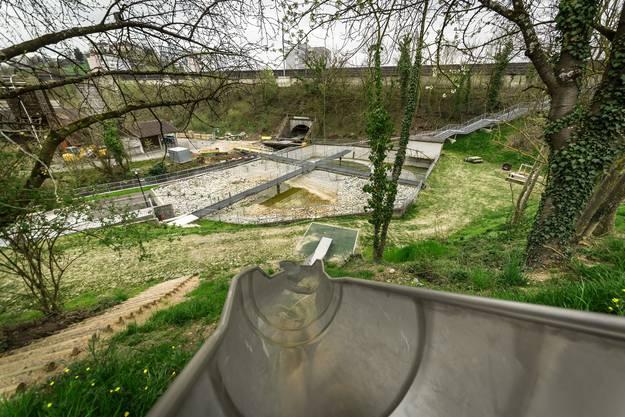 Verschiedene Wege führen in den Aabachpark: Über die Treppe oder wie auf dem Foto über die Rutschbahn.