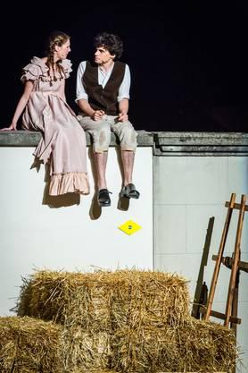 Esther von May (Samira Heimberg) liebt den Rossknecht Baschi (Dave Heimberg), heiratet aber einen von Hallwyl.