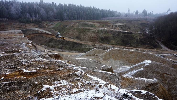 Ein Lastwagen bringt Material zum Wiederauffüllen der Kiesgrube Haulital. uby