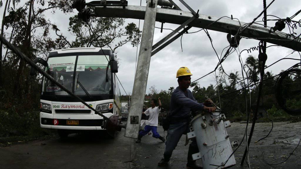 Stürmischer Wind brachte auf den Philippinen Strommasten zum Knicken.