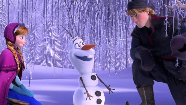 """Szene aus dem Film """"Frozen"""" mit Anna, Olaf (M) und Kristoff."""