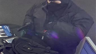 Fahndungsfoto des Manns, der 2019 zweimal in Folge ein und dieselbe  Bank in Oberdorf BL überfallen hatte. Der mutmasslichen Täter bestritt am Dienstag vor dem Baselbieter Strafgericht in Muttenz, die Taten begangen zu haben.