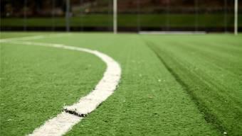 Das Kunstrasenfeld auf der Muttenzer Sportanlage Margelacker weist diverse sichtbare Schäden auf. Deshalb soll es saniert werden. Roland Schmid