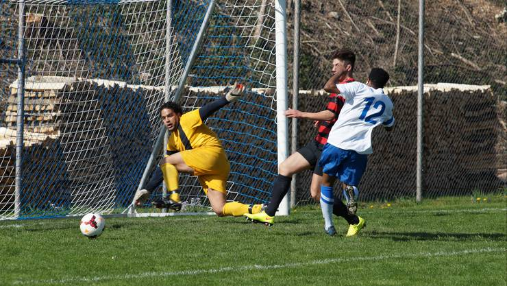 Teufelskerl Faycal Ladjimi (links) schien gestern den Ball verzaubert zu haben. Hier scheitert Engstringens Ludovic Evegue (rechts) ohne Zutun des Kosova-Goalies.