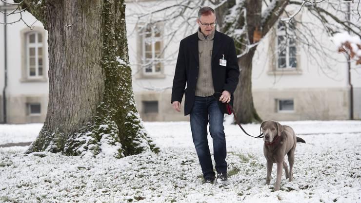 Seit zwei Jahren sind sie ein Team: Seelsorger Martin Schaufelberger und Hund Ludwig.