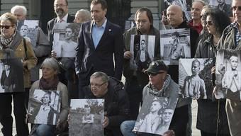 Ehemalige Verdingkinder und Opfer fürsorgerischer Zwangsmassnahmen bei der Lancierung der Wiedergutmachungsinitiative im März 2014 (Archiv).