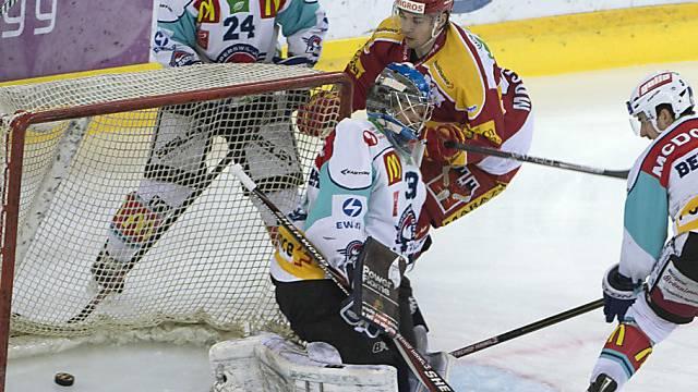 Langnaus Simon Moser bezwingt Rappis Goalie David Aebischer zum 1:0