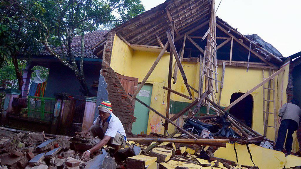 Schwer vom Erdbeben getroffen wurde das Dorf Sumelap im Westen Javas.