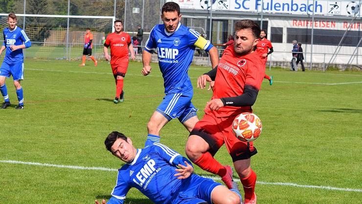 Fulenbach-Verteidiger Jan Egloff stoppt Ilirias Hasan Gedici.