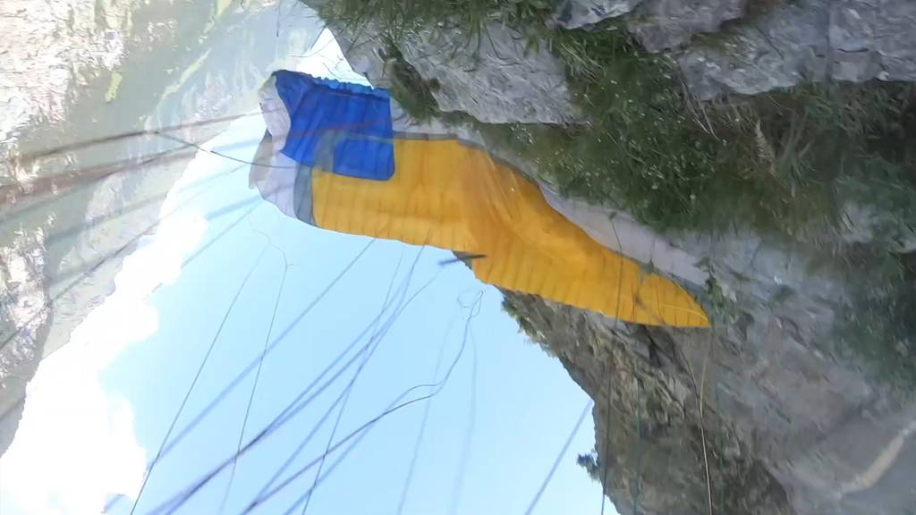 Gleitschirmpilot knallt in Felswand