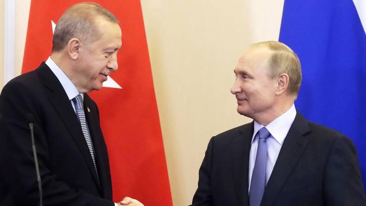 Erdogan und Putin geben sich in Moskau die Hand auf eine Verlängerung der Waffenruhe.