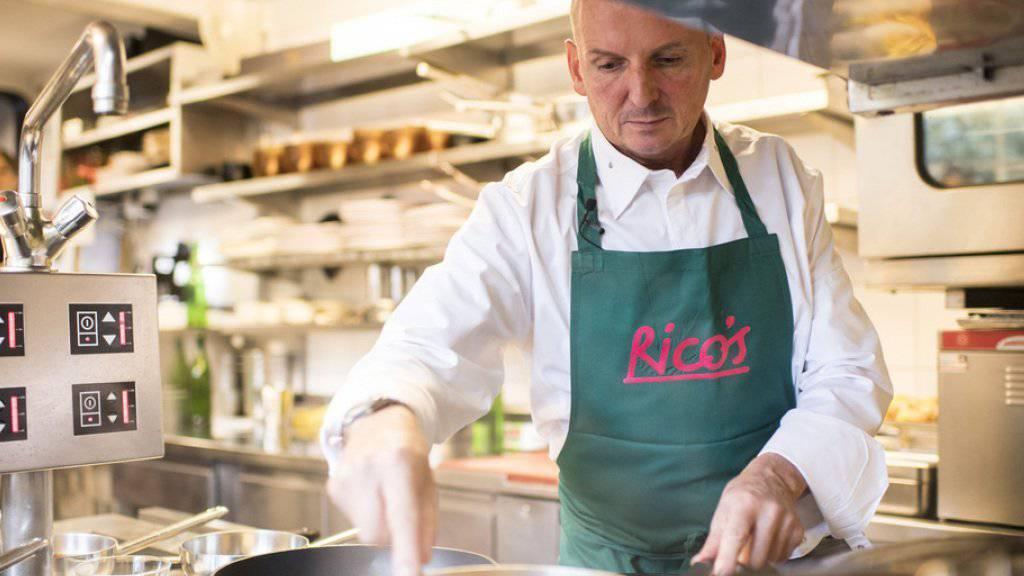 Der Spitzenkoch Rico Zandonella an der Arbeit in seiner Küche.  (Archivbild)