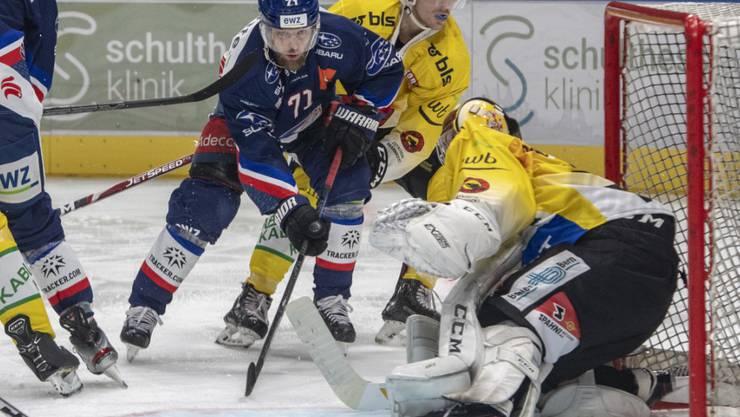 Erfolgreich angerannt: Die ZSC Lions (mit Fredrik Pettersson) gewannen gegen den SC Bern (mit dem starken Goalie Pascal Caminada) nach einem 0:2-Rückstand 3:2 nach Verlängerung und festigten ihre Leaderposition