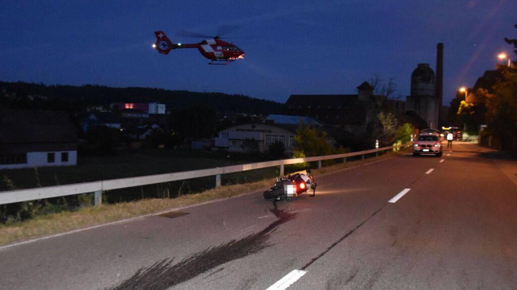 Der 27-jährige Motorradfahrer starb auf der Unfallstelle in Niedergösgen SO an seinen schweren Verletzungen.