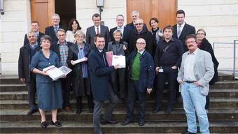 Paradebeispiel für das Zusammenstehen: Die Grossräte aus allen Parteien sind dabei, als Herbert Lützelschwab (Mitte, grüner Pullover) die TNW-Petition einreichte. twe
