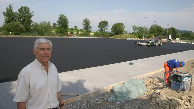 Fredy Fröhli von der Baucal AG beim Allwetterplatz. Noch fehlt der Kunstrasen. (Bild: Werner Schneiter)