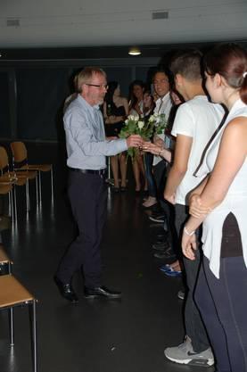 Lehrer Stephan Jost bedankt sich bei den Schülerinnen und Schülern mit einer Rose