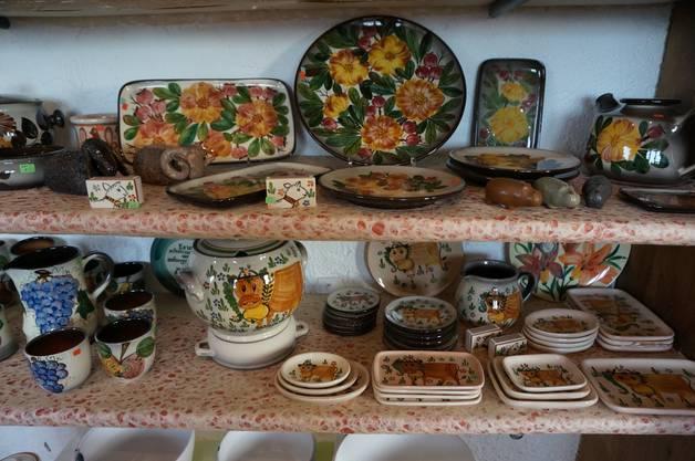 Verschiedene Keramikgefässe bemalen von Anita Meerson.