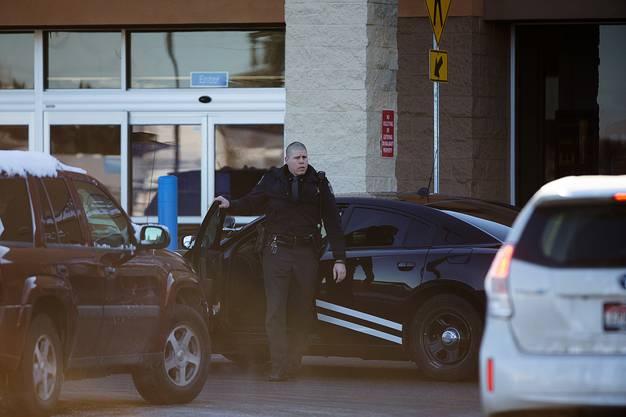 Die Frau starb noch im Geschäft im Norden Idahos an ihrer Schussverletzung.