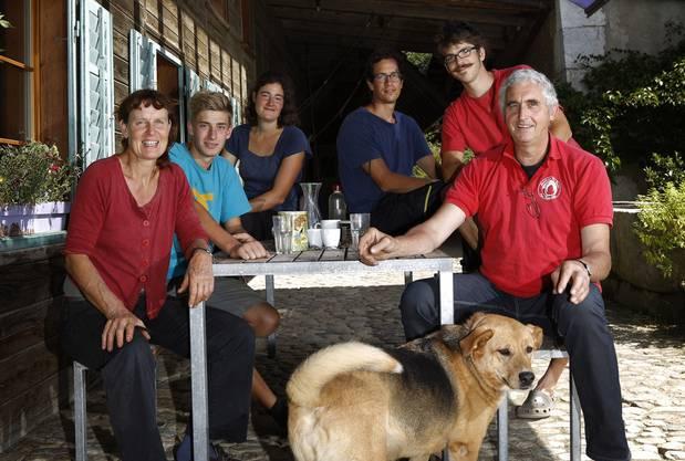 Auf dem Biohof Rigi leben Regula und Niklaus Bolliger-Flury (vorne) sowie die Lehrlinge und Praktikanten (v.l.) Achim Kohlbrenner, Regina Tanner, Ian Rothwell und Ivo Fisler.