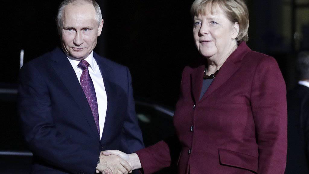 Angela Merkel begrüsst am Mittwoch in Berlin Wladimir Putin.