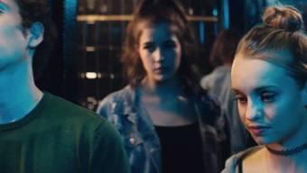 """Was ist ein richtiger Mann? Liebt er mich noch, wenn ich nichts einwerfe? Die Kampagne von Sucht Schweiz richtet sich an Mädchen und Jungs von 13 bis 16 Jahren. Im Film """"Bis hierher..."""" (Bild) sagt sie an diesem Abend Nein zu Ecstasy, obwohl sie und ihr Freund regelmässig konsumieren im Ausgang."""