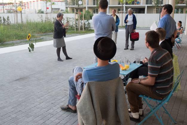 Siedlungscoach Sabina Ziegler begrüsst die Gäste.