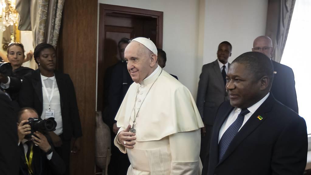 Papst Franziskus wird in der mosambikanischen Hauptstadt Maputo von Präsident Filipe Nyusi empfangen.