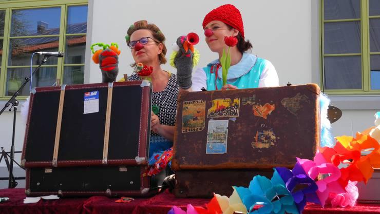 Zwei Clowninnen sorgten am Theatertag in Dietikon für das Pausenprogramm.