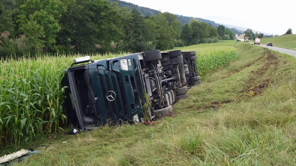 Sattelschlepper gekippt: Chauffeur verletzt sich beim Unfall