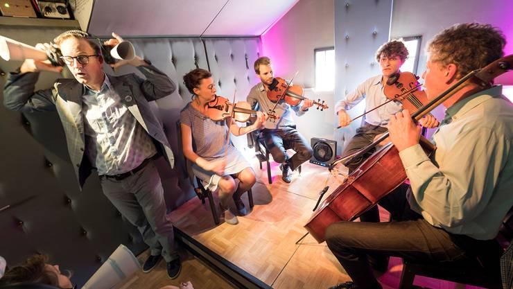 Ohren auf! Der Kulturwirt (Thomas Douglas) und das Hensode-Quartett in Aktion.