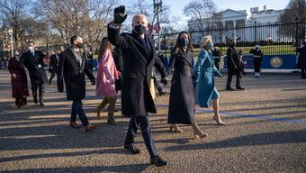 Joe Biden hätte sich bequem im Präsidentschaftswagen (im Volksmund «The Beast» genannt) vor die Tür des Weissen Hauses fahren lassen können. Doch der 78-Jährige, der gerne seine Sportlichkeit betont, wollte die letzten paar hundert Meter laufen. Neben ihm ging seine Tochter Ashley.