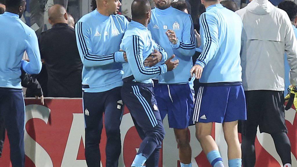 Patrice Evra muss von Mitspielern gestoppt werden