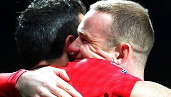 Wayne Rooney umarmt Blitzstarter Robin Van Persie.